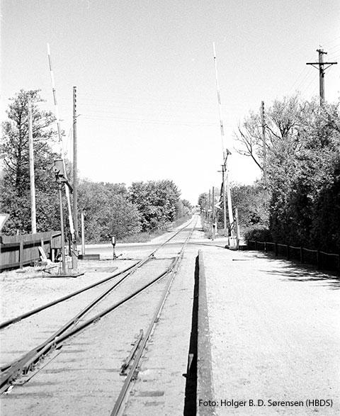Et blik mod nord fra stationsarealets nordlige ende, hvor banen skærer Aalborgvej.