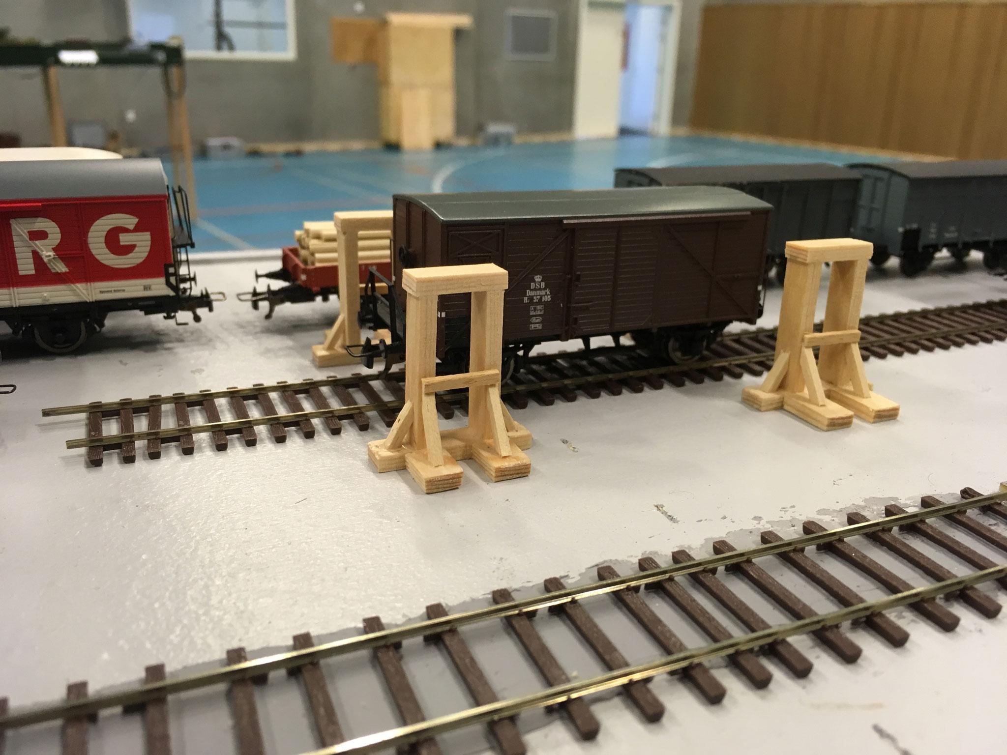 Donkrafte på Ole Pedersens depotmoduler.  Forbilledet var konstrueret i træ, og modellen er lavet i korrekte dimensioner.  Senere vil der blive monteret gear og tandstænger, og træet vil blive patineret.