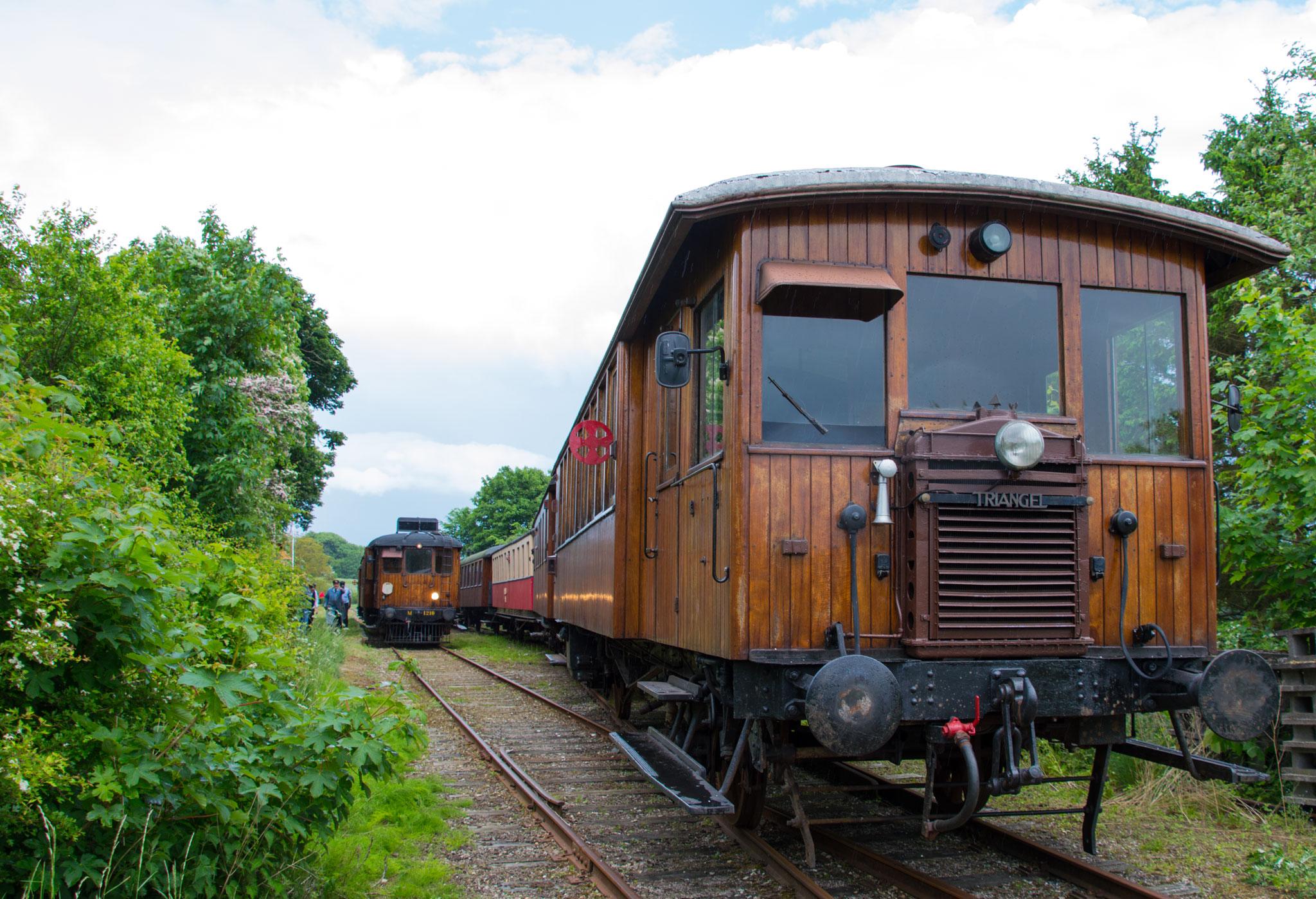 Toget mod Mariager trukket af MHVJ M 5 krydser toget mod Handest trukket af FFJ M 1210 i True