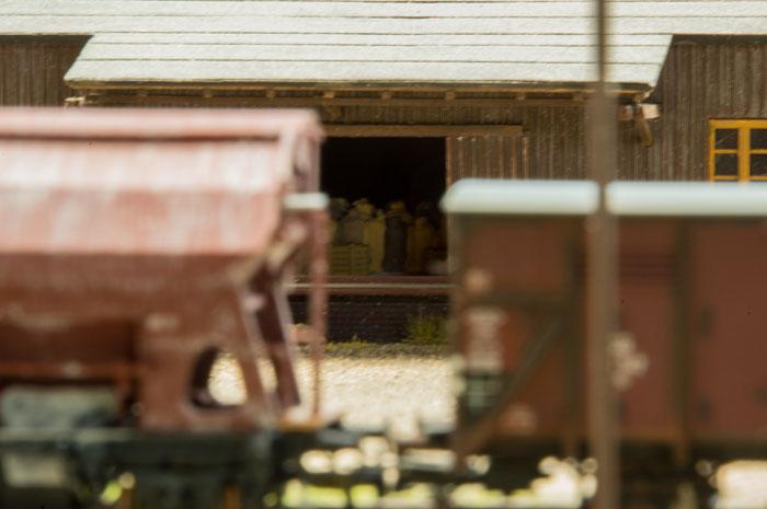 Pakhus på Ondrup med godsvogne i forgrunden