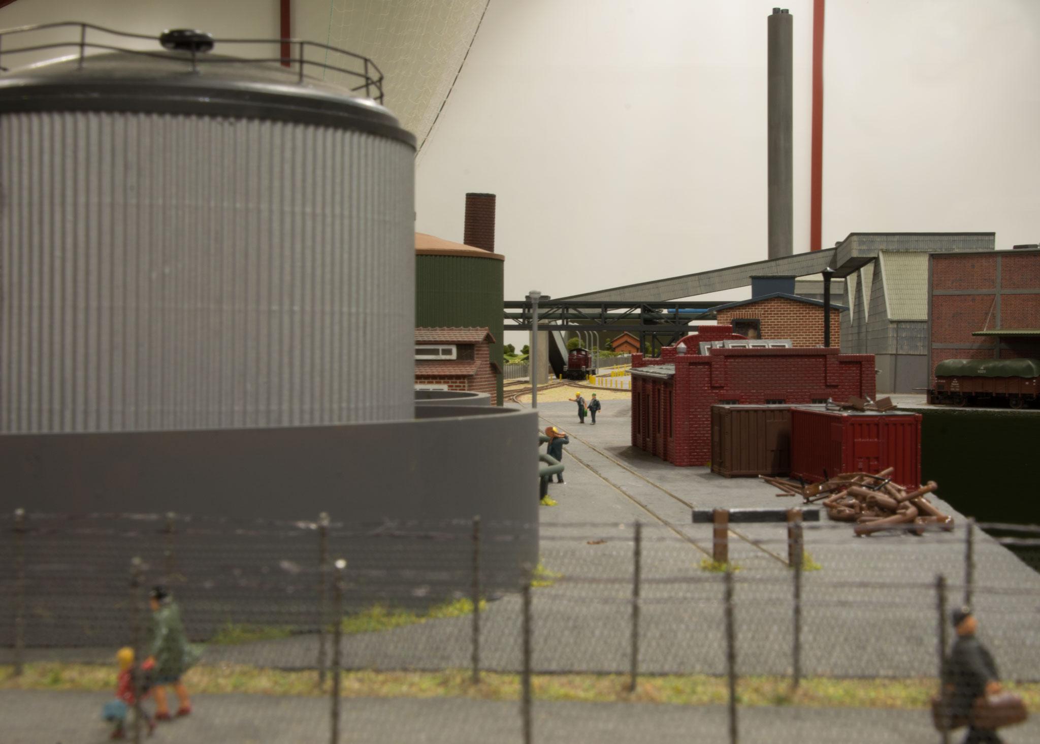 Silo ved fabriksspor på det store Superfos-anlæg