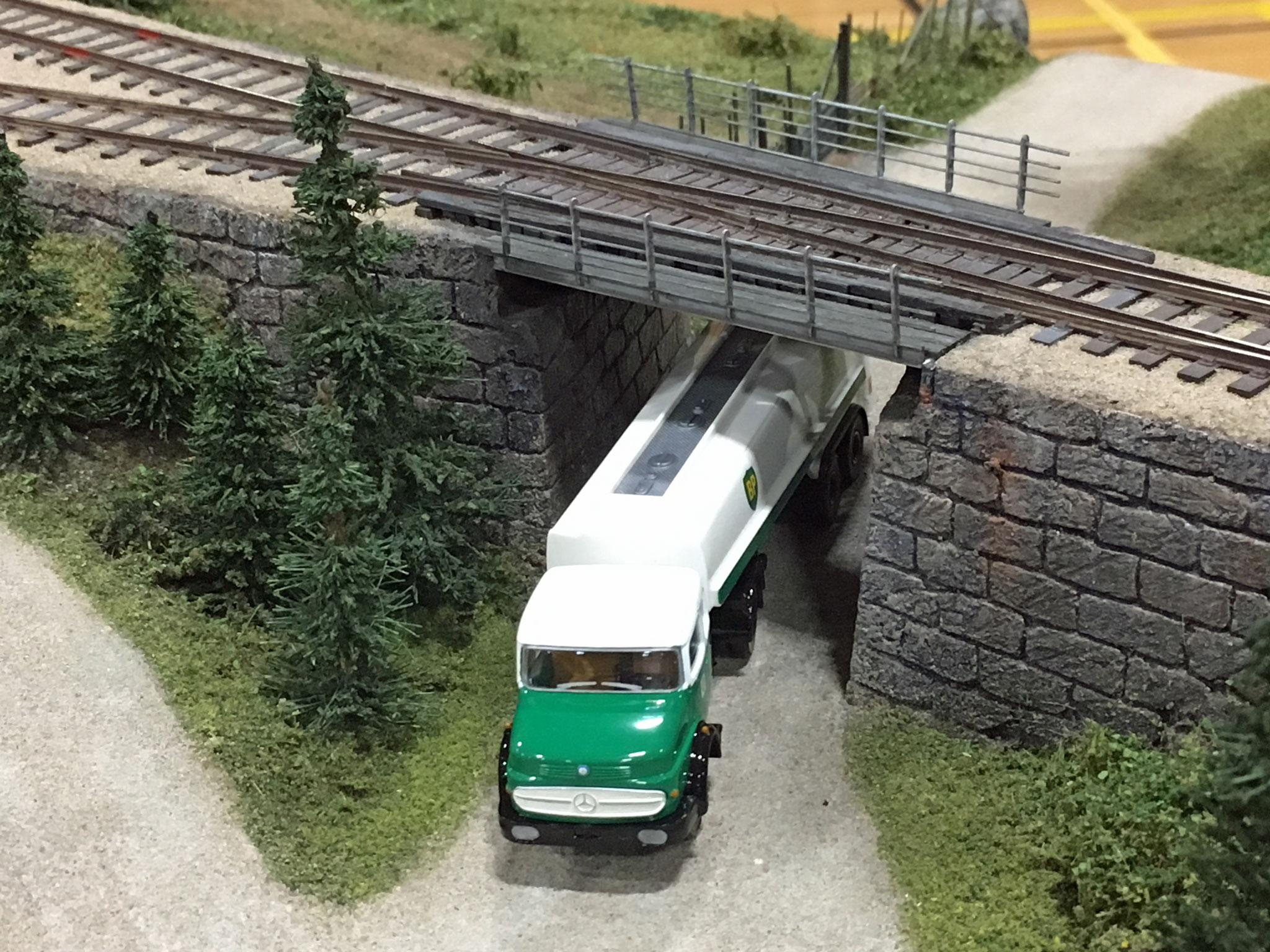 Broen med tankbilen fotograferet fra oven afslører et sporskifte på selve broen