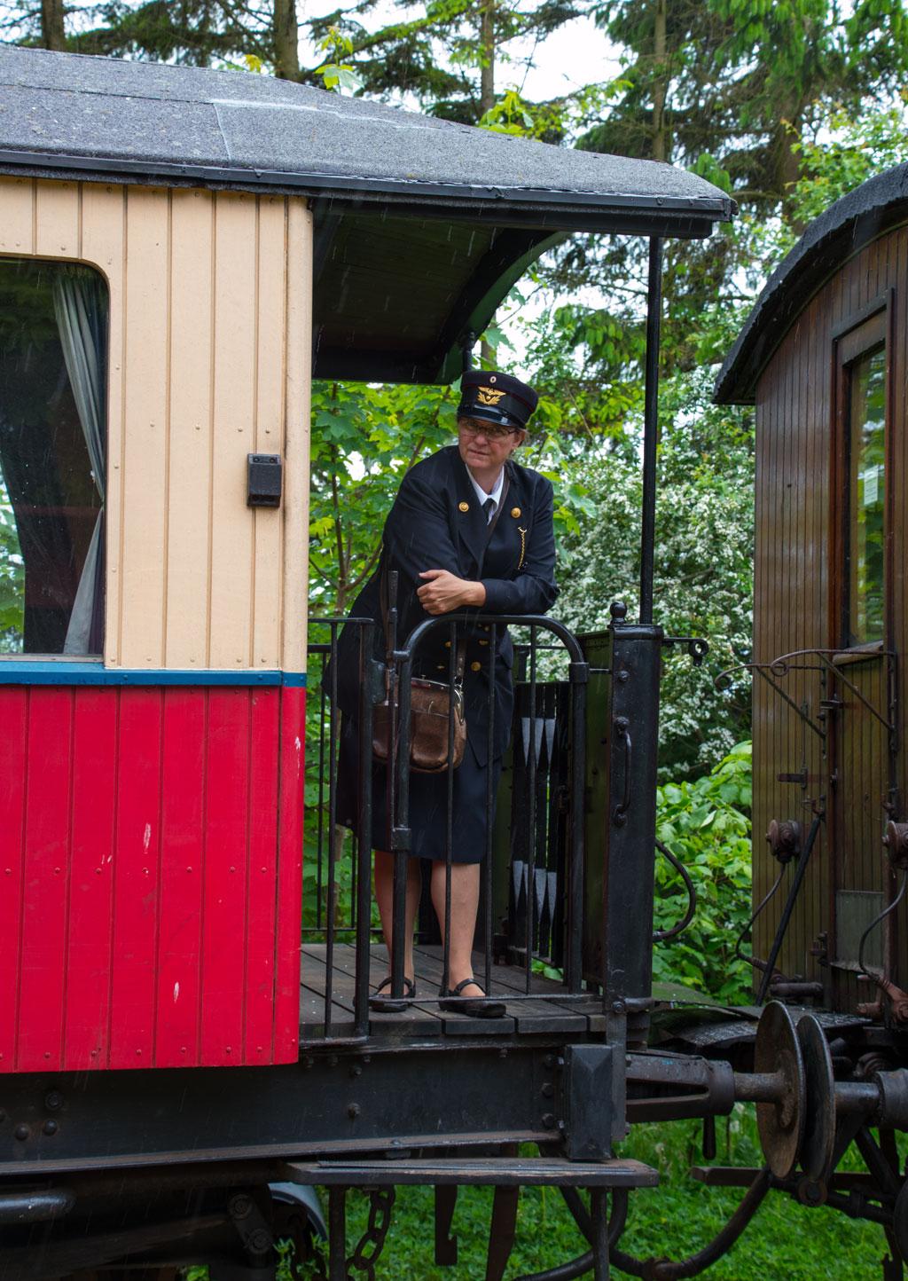 Toget mod Mariager trukket af MHVJ M 5 blev ført af en kvindelig togfører klædt i en uniform fra samme tidsperiode som materiellet