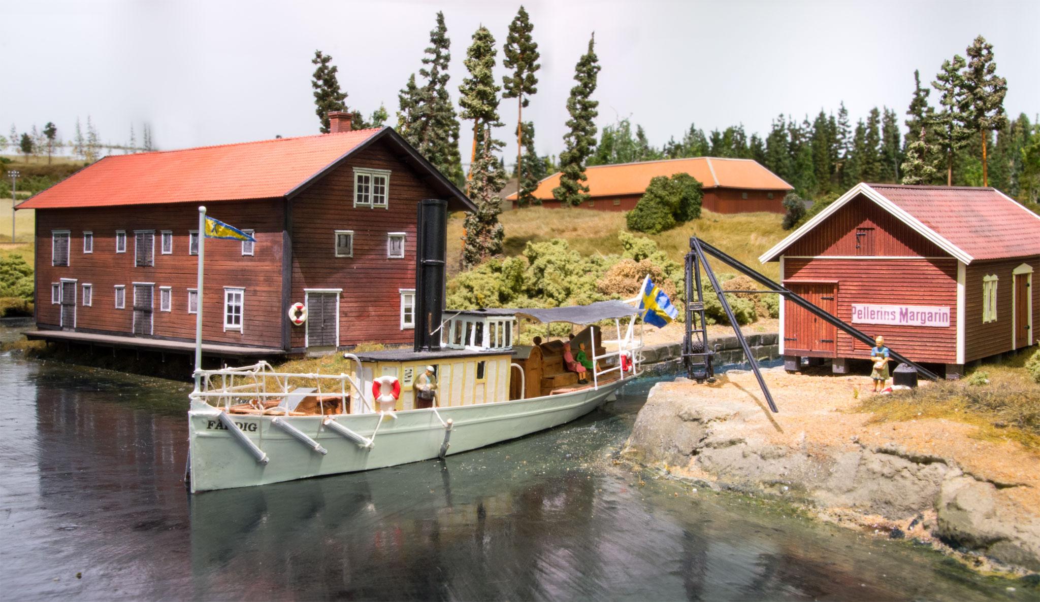 """Færgen """"Färdig"""" stævner ud fra kanalen ved Forsvik"""