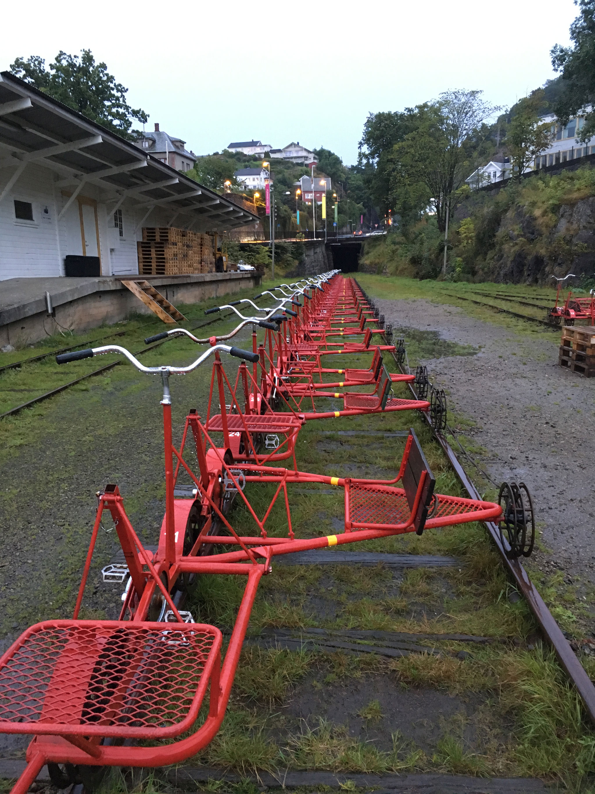 Skinnecykler står klar til turen