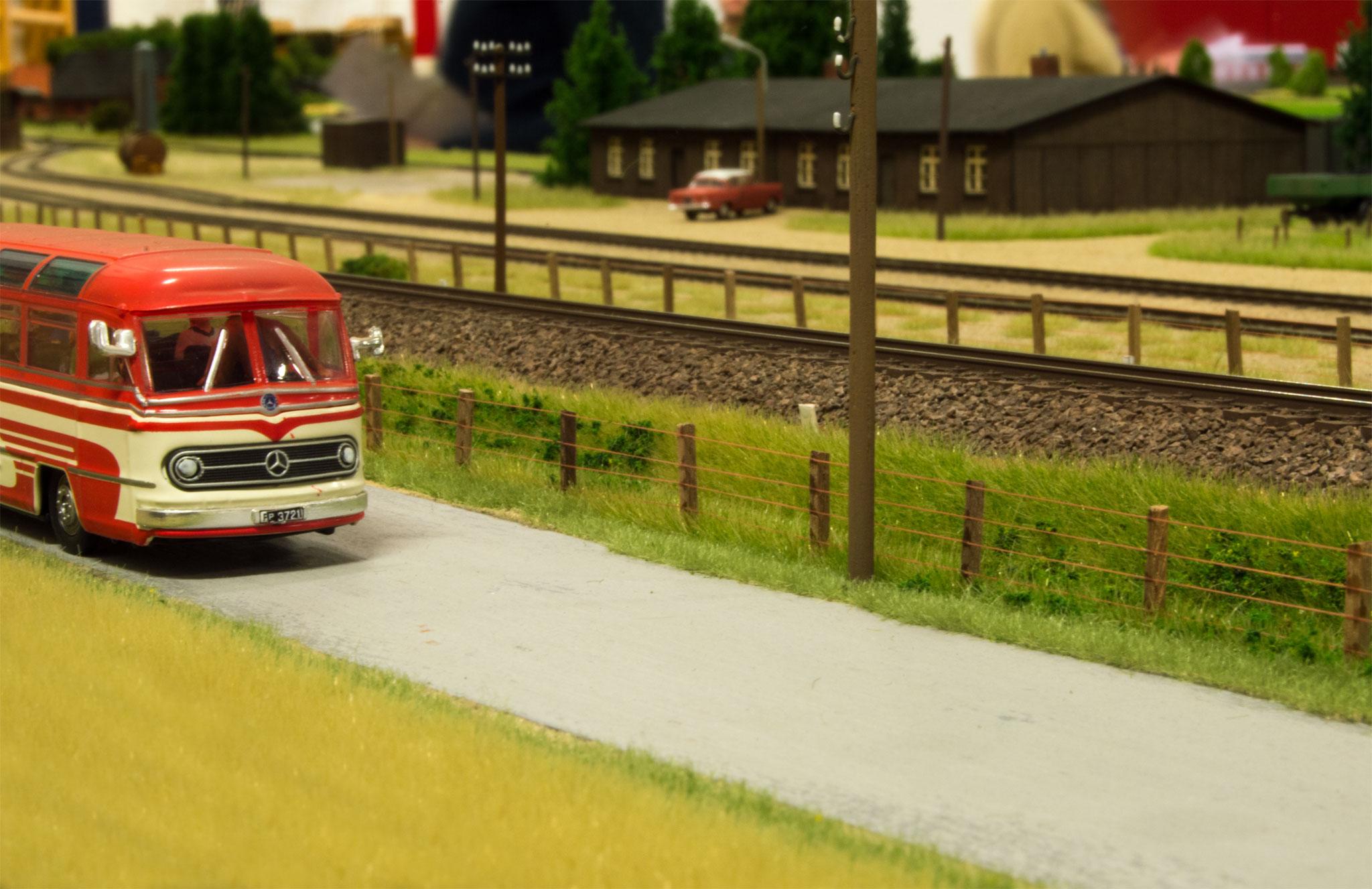 I næsten hele Søbylundmodellens udstrækning ses en vej med nogle få køretøjer - bla. denne bus