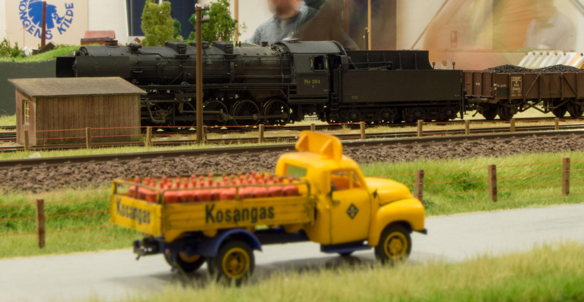 N-maskine afventer afgang, mens Kosangasbilen er på vej til Søbylund med nye forsyninger